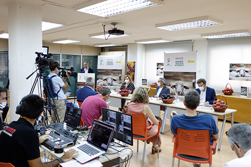 Asistentes presenciales al acto de presentación, que cientos de personas han seguido de forma online. Foto: Joaquín Terán